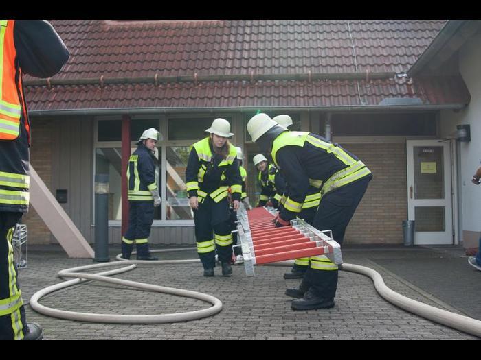Das Rainröder Dorfgemeinschaftshaus als Übungsobjekt: Die Feuerwehren probten den Einsatz bei einem angenommenen Kellerbrand.